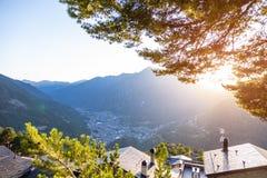 Bergsikt på solnedgången i Andorra Pinjeskog royaltyfri bild