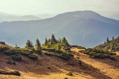 Bergsikt som fotvandrar till och med bergen, panorama Sommar som fotvandrar tur Himmel, moln och naturen i högländerna som fotvan Arkivfoton