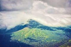 Bergsikt som fotvandrar till och med bergen, panorama Sommar som fotvandrar tur Himmel, moln och naturen i högländerna som fotvan Royaltyfri Foto