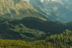 Bergsikt under sommardag arkivfoton