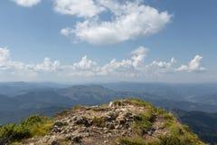 Bergsikt uppifrån Landskap bakgrund av blå himmel och det höga berget Royaltyfria Foton