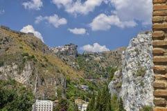 Bergsikten från fördärvar av den grekiska Roman Theater, Taormina, Sicilien, Italien royaltyfria foton