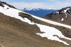 Bergsikten med vaggar och snö Royaltyfria Foton