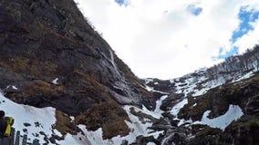 Bergsikten med vattenfallet kjosfossen på banan med flamsbana i Norge lager videofilmer