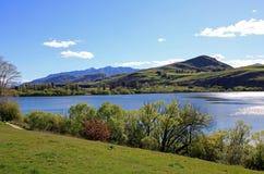 Bergsikter över sjön Hayes Royaltyfri Bild