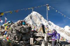 Bergsiktspunkt Kala Patthar och montering Pumo Ri Royaltyfri Bild