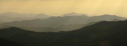 bergsilhouette Arkivfoto