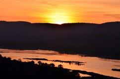 Bergsilhouetten met zonsondergang Stock Foto