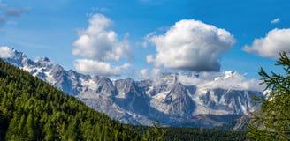 Bergskedja av den Gran Paradiso gruppen, Val D ` Aosta, Italien royaltyfri foto