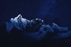 Bergskedja i natten Arkivfoton