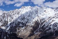 Bergskedja med en variation av djupfrysta strömmar Arkivfoto
