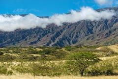 Bergskedja med moln i det hawaianska landskapet maui Royaltyfri Bild