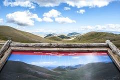 Bergskedja med turist- information arkivbilder
