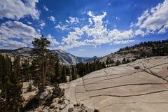 Bergskedja och dalsikt i den Yosemite nationalparken, Kalifornien, USA Arkivfoto