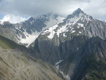 Bergskedja på det Zojilla passerandet i Sonmarg Royaltyfria Bilder