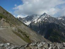 Bergskedja på det Zojilla passerandet i Sonmarg-II Royaltyfri Foto