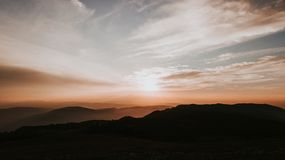 Bergskedja på solnedgången arkivfoton