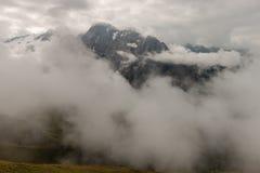 Bergskedja som är fördunklad vid moln Royaltyfri Fotografi