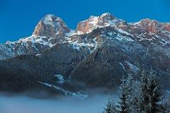 Bergskedja Steinernes Meer i fjällängar på gryning, Österrike Arkivfoton