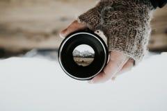 Bergskedja till och med en kameralins Arkivbilder