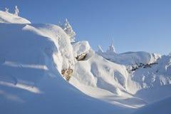 Bergskedja Zyuratkul, vinterlandskap snowdrifts Fotografering för Bildbyråer
