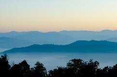 Bergskedjan i morgonen för soluppgången på Mae Moei arkivbilder