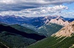 Bergskedjapanorama med sjön i den Banff nationalparken, Kanada Royaltyfri Bild