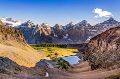 Bergskedjasikt från vaktpostpasserandet, steniga berg, Kanada Arkivbild