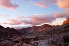 Bergskedjasolnedgång i den höga toppiga bergskedjan berg Arkivfoton