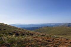 Bergskedjor av Carpathian berg delade vid längsgående fördjupningar Royaltyfri Fotografi