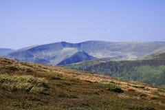 Bergskedjor av Carpathian berg delade vid längsgående fördjupningar Arkivbild