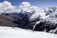 Bergskedjor och dalen långt under Royaltyfri Foto