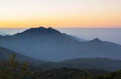 Bergskedjor på soluppgång, Doi Inthanon nationalpark, Chiang M Royaltyfri Foto