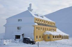 Bergskydd som täckas med snow Arkivbild