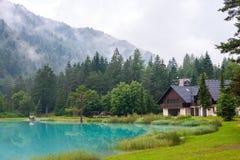 Bergskydd vid sjön, Golico - Slovenien. Arkivfoton