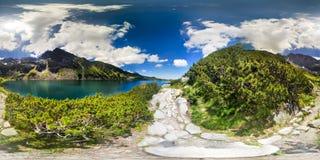 Bergslinga och sjö i sikt för 360 virtuell verklighet arkivfoto