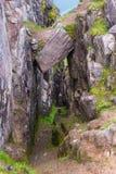 Bergslingan som stiger ned in i kanjonen med att hänga, vaggar ovanför en Arkivbilder