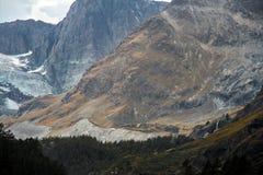 Bergsnö och glaciär i Schweiz arkivbild