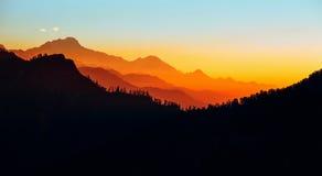 Bergsolnedgång i Nepal Himalayas Arkivfoton