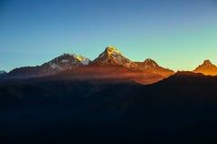 Bergsolnedgång i Nepal Himalayas Fotografering för Bildbyråer