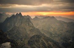 Bergsolnedgånglandskap Arkivbild