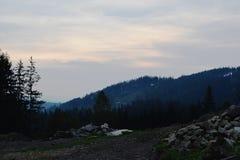Bergsolnedgånglandskap arkivbilder