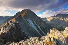 Bergsolnedgångpanorama på hösten i Slovakien - kick Tatras royaltyfri foto