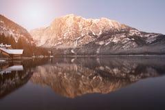 Bergsolnedgångreflexion i sjön royaltyfria bilder