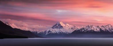 Bergsoluppgång - Nya Zeeland Royaltyfria Bilder