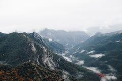 Bergsoluppgånglandskap i fjällängar arkivfoto