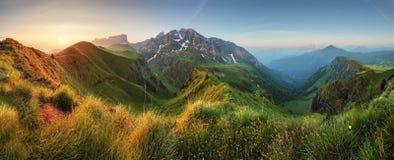 Bergsoluppgångpanorama i Dolomites, Passo Giau Arkivbild