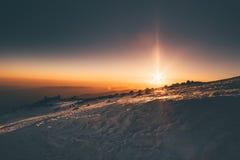 Bergsoluppgångsikt från det Elbrus berget Royaltyfri Bild