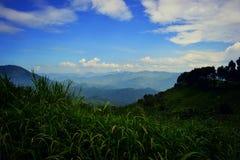 Bergsområdet av ‹Demokratiska republiken Kongo för â€, de väldiga molnen och den härliga himlen arkivbilder