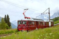 Bergspårvagnen kör från Helgon-Gervais-les-b till den Nid d'Aiglestationen på den Bionnassay glaciären Royaltyfria Bilder